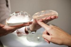 Schiaffeggiare il seno per aumentarlo: nuovo metodo dalla Thailandia