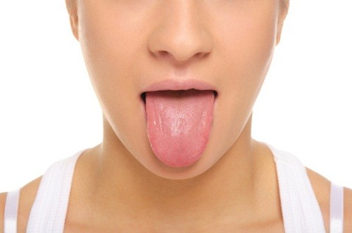 Dando un semplice sguardo alla vostra lingua potreste accorgervi se soffrite di qualche problema di salute. L'aspetto della lingua infatti è molto più importante di quanto molti pensino, potrebbe equivalere ad una vera e propria cartella clinica segnalando qualche carenza presente nell'organismo. ROSA: è la condizione migliore sicuramente sintomo che tutto sta procedendo per il meglio. BIANCA: potrebbe segnalare una mancanza di energia, una debolezza costante, mancanza di appetito, eccessiva sudorazione. Spesso appartiene a chi è troppo ansioso e preoccupato. Se si accompagna a gonfiore laterale potrebbe indicare uno stomaco affaticato, specie se accompagnata da letargia. GIALLA: un sottile strato giallo nel mezzo potrebbe essere la spia di una cattiva digestione, disidratazione o di una malattia della pelle. Spesso appartiene a chi soffre di sbalzi di umore. MACCHIE SCURE: potrebbero indicare un problema di circolazione: spesso è associata a gonfiore dei piedi, mal di testa, dolore al petto, colore spento della pelle. ROSSO: un sottile strato rosso superficiale potrebbe essere la spia di un alterato stato emotivo. L'energia che tende ad accumularsi nell'organismo provoca infiammazioni. PICCOLI TAGLI: se la superficie della ligua presenta dei piccoli tagli superficiali potrebbe trattarsi di infezioni fungine: spesso si accompagna a sudorazione, insonnia, agitazione. PALLIDA: la lingua pallida segnala quasi sempre uno stato anemico accompagnato da scarsa memoria e concentrazione. Le donne, di solito presentano uno squilibrio ormonale. Potrebbe indicare, inoltre, una carenza di vitamine e sali minerali.